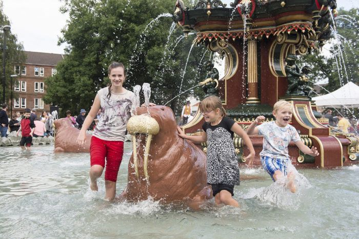 Kids playing in the water at the Grand Fountain, Fountain Gardens