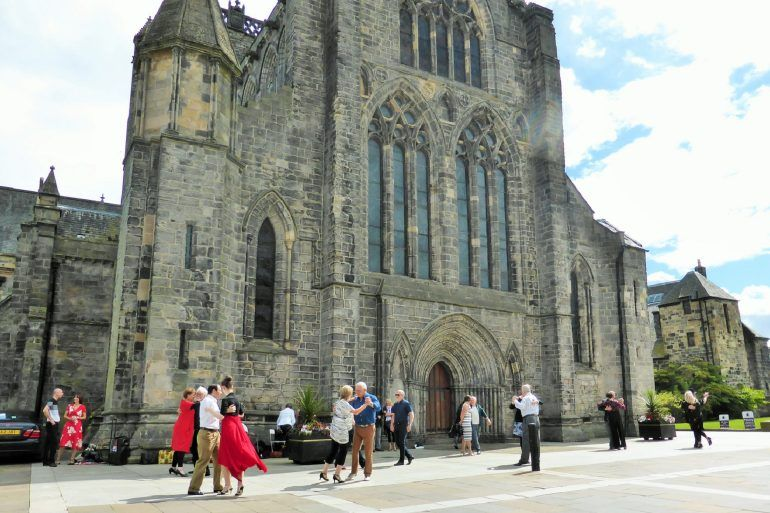 Tango dancing outside Paisley Abbey