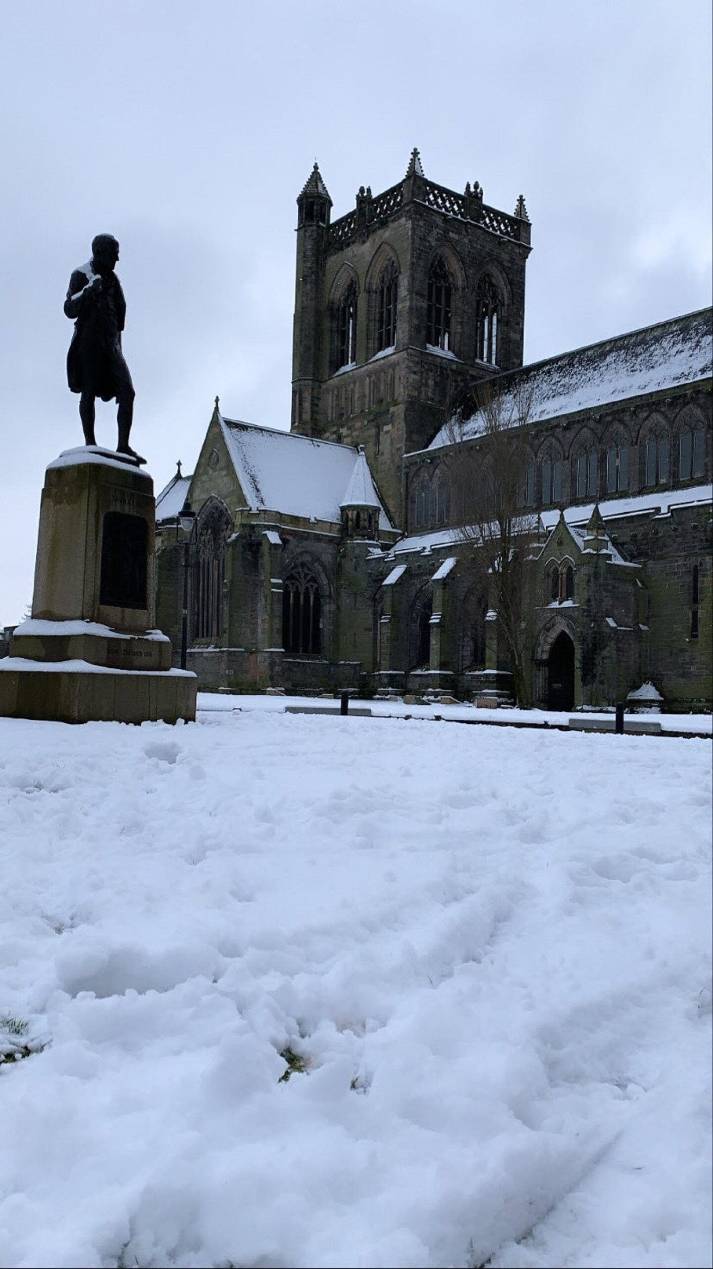 Photo of snow at Paisley Abbey by @Erinkate_92 on Twitter