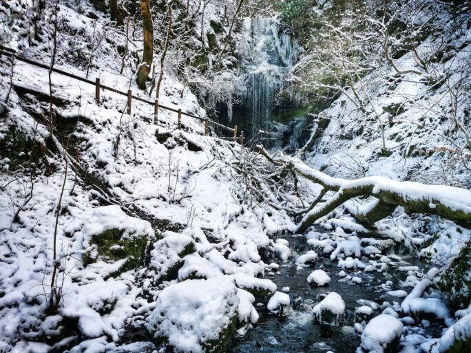 Photo of snow and ice at Craigielinn Fall at Gleniffer Braes by @gbc123 on Twitter