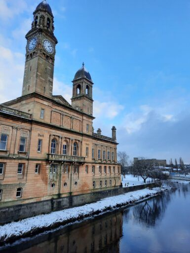 Photo of snowfall beside Paisley Town Hall by @lp_travelgeek on Twitter